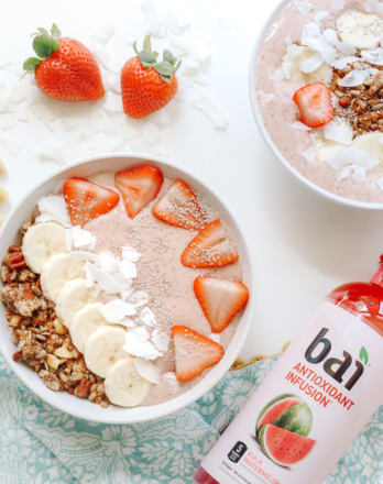 strawberry and banana smoothie bowl